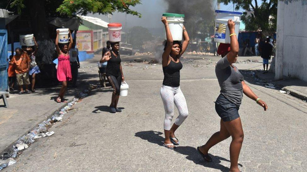 Mujeres en Haití cargan agua