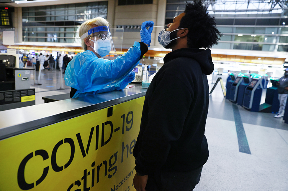 Un hombre se realiza una prueba de coronavirus en el aeropuerto de Los Ángeles, en EE.UU.