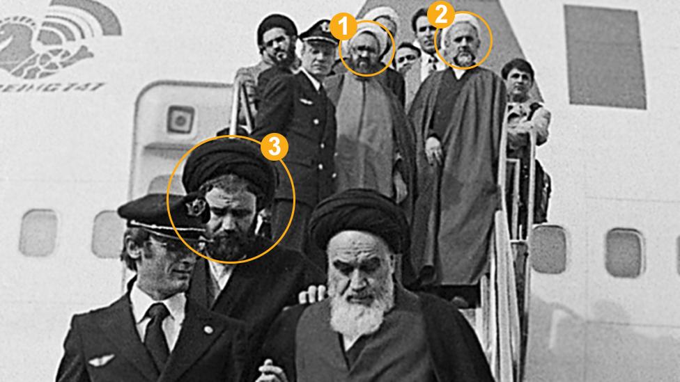 في الصورة مرتضى مطهري حسن لاهوتي أشكوري وأحد خميني (حسب تسلسل الدوائر في الصورة) ممن رافقوا الخميني في عودته إلى طهران