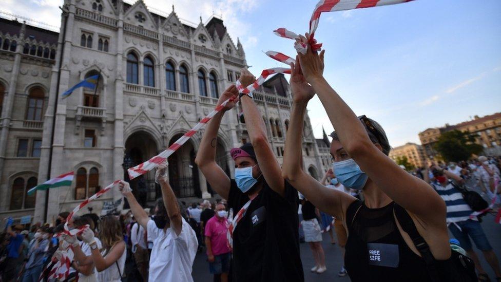 Manifestantes formam uma corrente humana em Budapeste