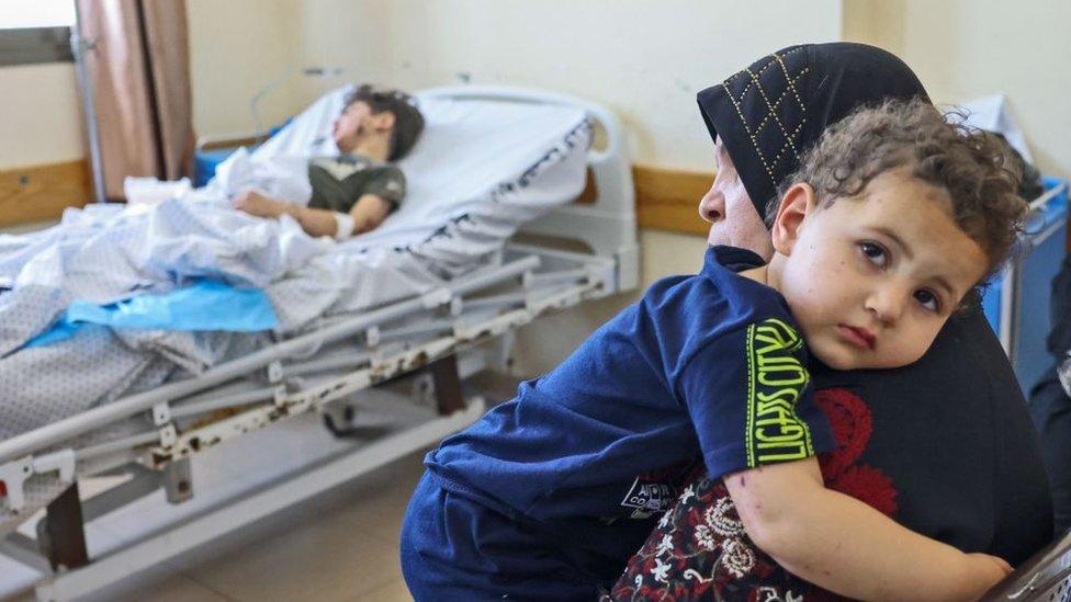 Palestinos en un hospital en Gaza.