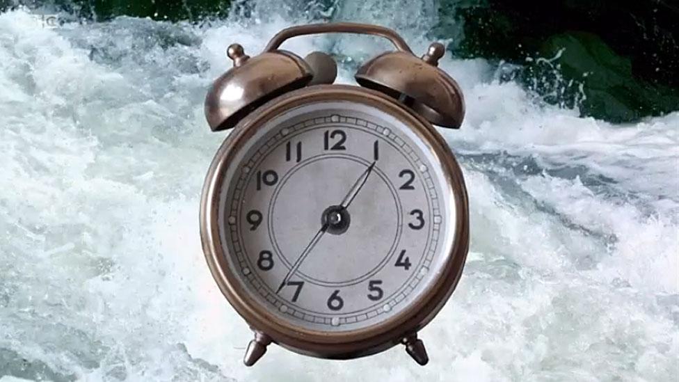 Reloj y rio