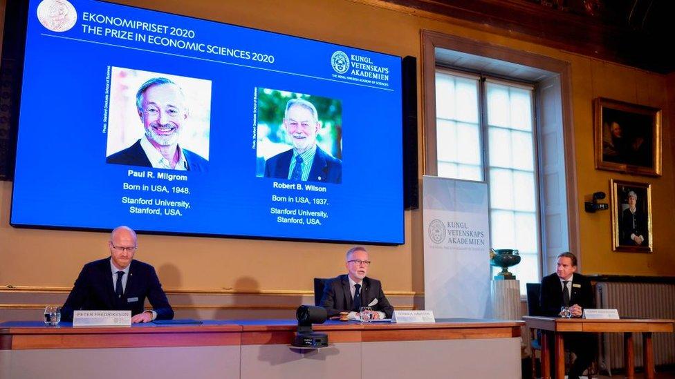 Peter Fredriksson, presidente del Comité de Ciencias Económicas, Goran K. Hansson, secretario permanente de la Real Academia de las Ciencias de Suecia y Tommy Andersson, miembro del comité.