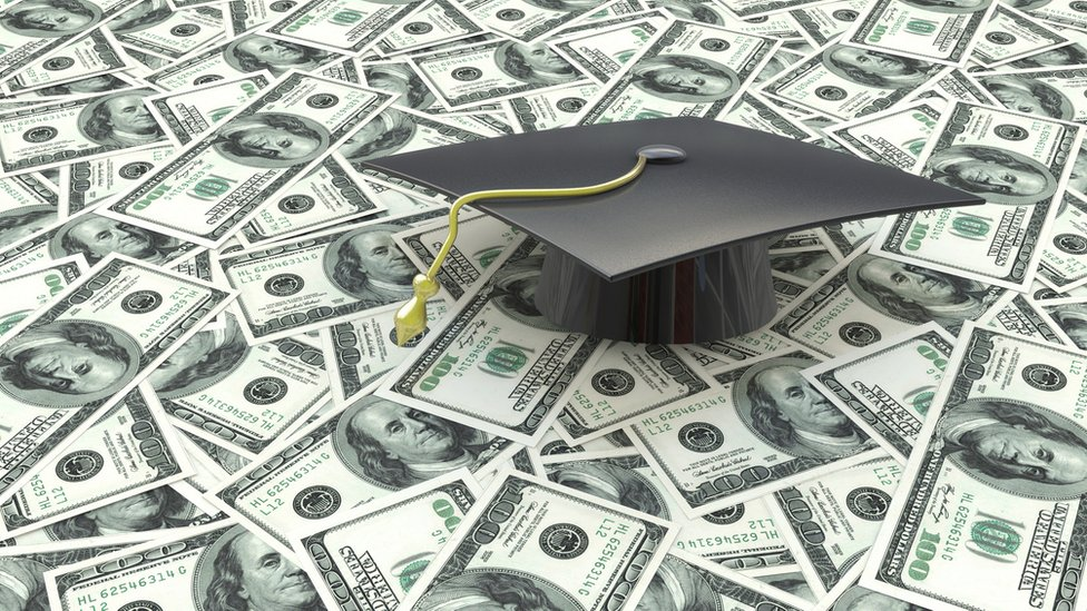 Para los millennials es importante primero pagar los préstamos estudiantiles.