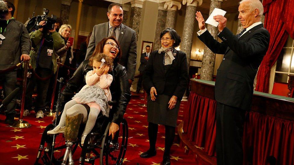 達克沃斯舉家與拜登在華盛頓參議院舊議場出席活動(3/1/2017)