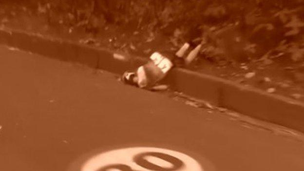 Annemiek van Vleuten caída no asfalto durante a prova na Rio 2016