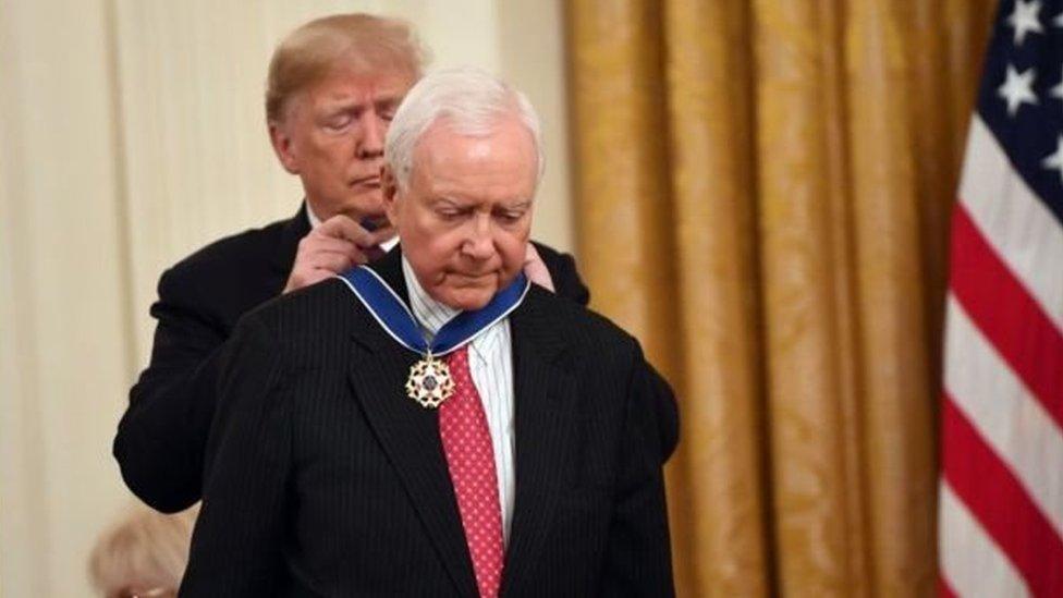 الرئيس الأمريكي منح الميدالية الرئاسية لسيناتور ولاية يوتا المتقاعد، أورين هاتش