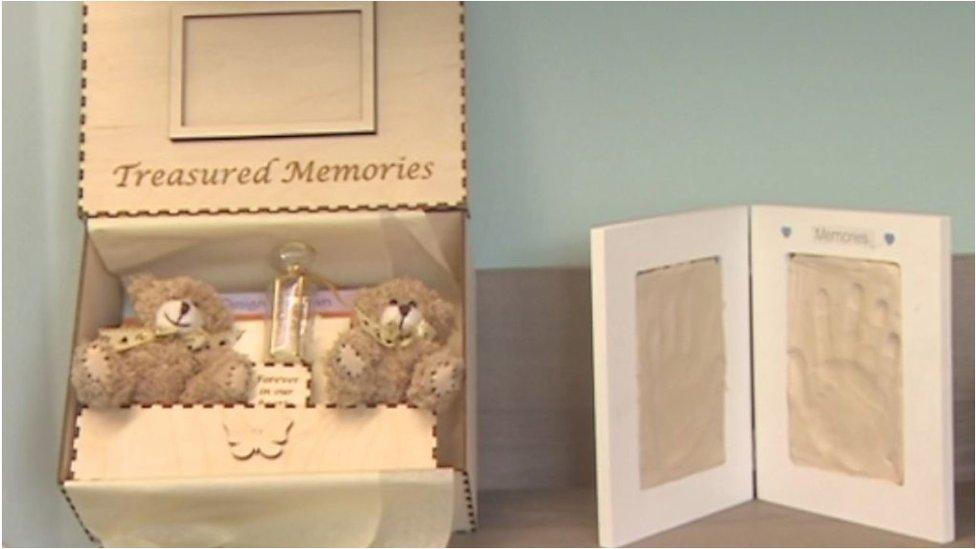 Caja de recuerdos para padres en duelo por sus bebés que nacieron muertos.