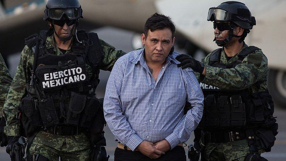 Omar Treviño Morales escoltado por militares