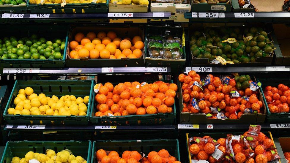 Buah-buahan di supermarket.