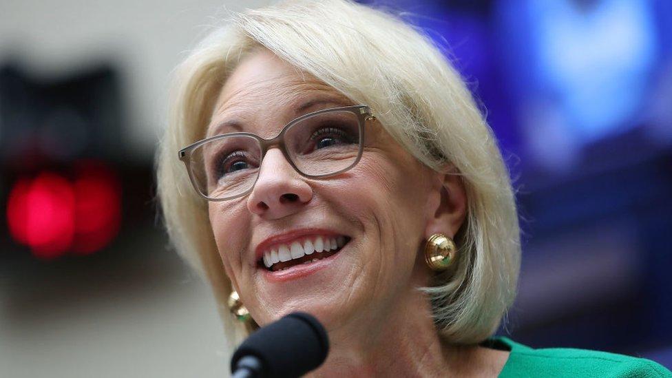 La secretaria de Educación, Betsy DeVos, es uno de los miembros más adinerados del gabinete de Trump.