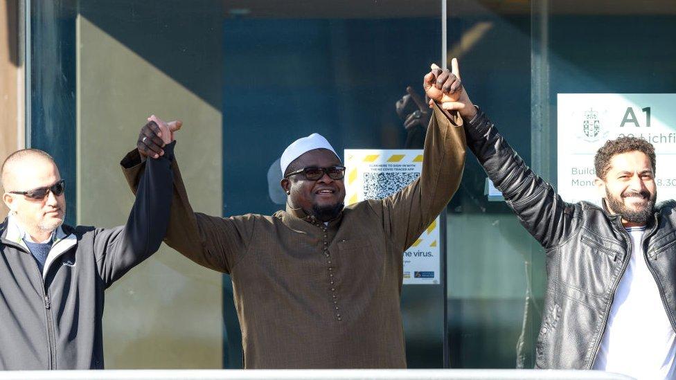 Sobrevivientes del tiroteo en una de las mezquitas de Nueva Zelanda.