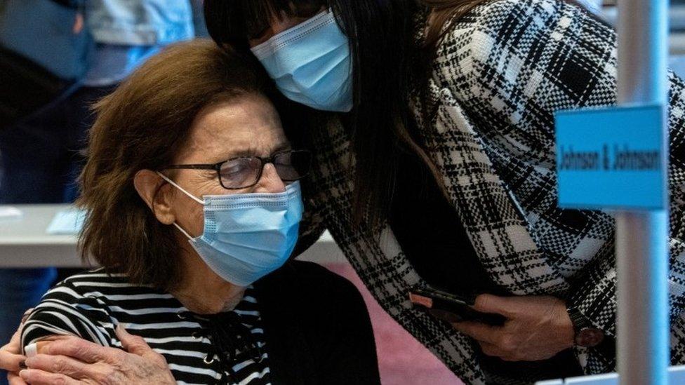 Madre e hija en un centro de vacunación en Ohio