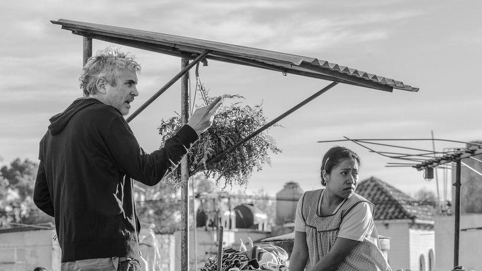Alfonso Cuarón y Yalitza Aparicio en una escena de Roma