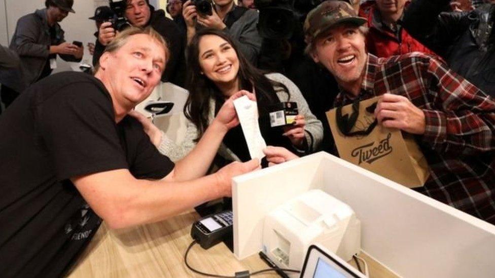 نيكي روز (في الوسط) وإيان باور (يمينا) كانا أول شخصين في كندا يشتريان الماريجوانا بشكل قانوني