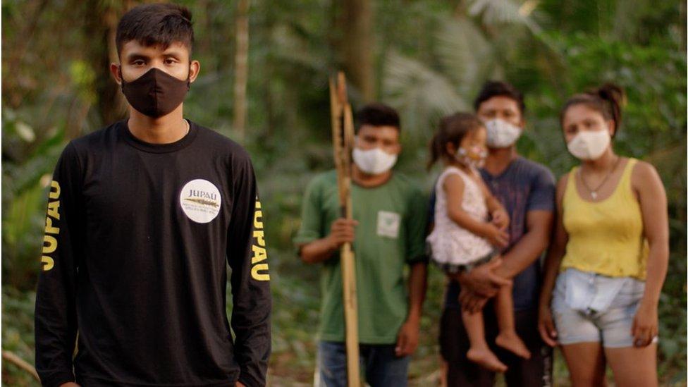 Bitaté Uru Eu Wau Wau con su comunidad indígena