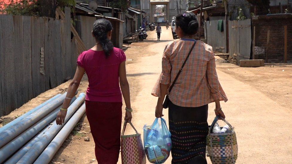 Perempuan dari Tamu masuk ke wilayah Moreh setiap hari untuk menjual susu