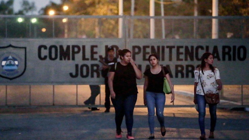Familiares de los capturados por participar en las protestas contra Daniel Ortega esperan su posible liberación antes del inicio del diálogo.