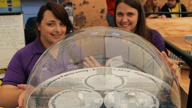 Carys Huntley a Dr Rachel Cross o Brifysgol Aberystwyth gyda'r teclynnau fydd yn glanio ar Mars yn 2018 // Carys Huntley and Dr Rachel Cross with parts of a 'rover' device which will land on Mars in 2018