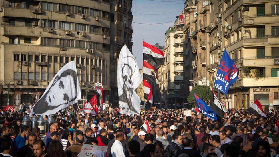 من مشاهد الربيع العربي في ميدان التحرير بالقاهرة عام