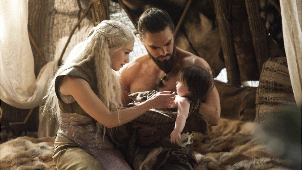 Emilia Clarke en personaje con su esposo y bebé