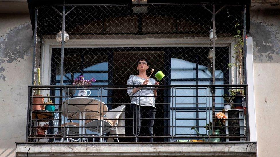 Chilena en el balcón en una cacerolada contra el gobierno de Piñera.