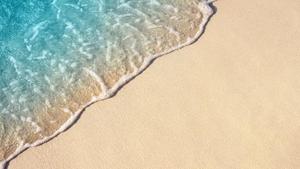 Marea sobre la orilla de la playa.