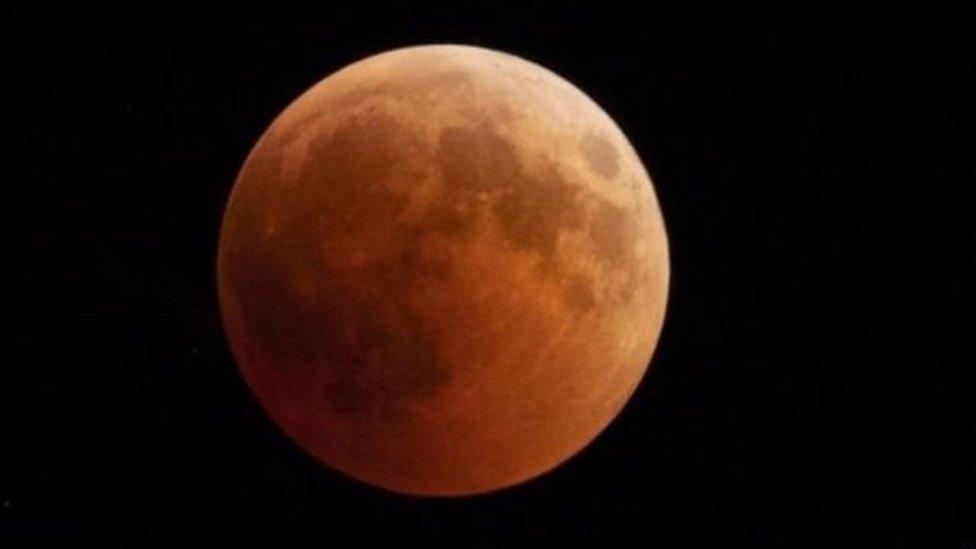 लोग देखेंगे चंद्रग्रहण, पर कंपनियों की नज़रें पूरे चांद पर