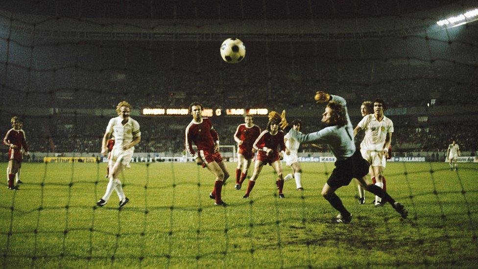 Leeds United (de blanco) vio como le anulaban un gol y no le pitaban dos penaltis en la derrota contra el Bayern Múnich.