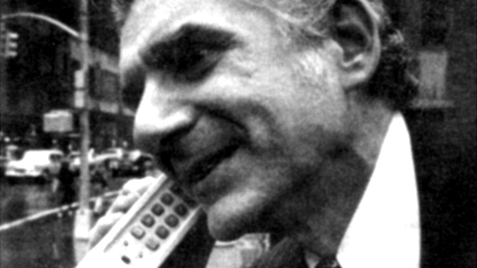 Marty Cooper haciendo una llamada
