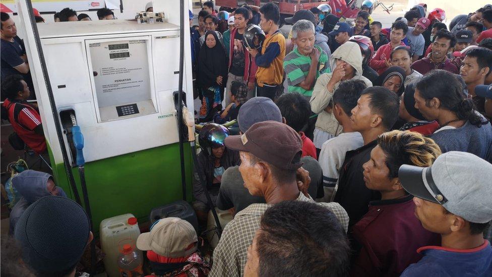 Ljudi oko pumpe