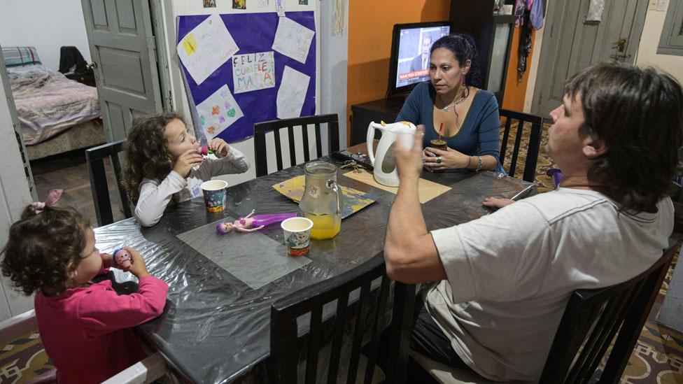 Una familia sentada alrededor de una mesa