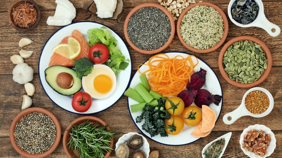 Diferentes tipos de comida como pescado, verduras, semillas y frutas que favorecen al funcionamiento del cerebro.