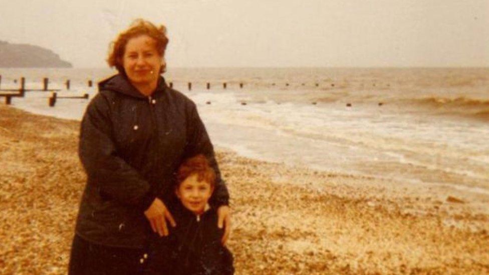 Hayley Minn con su abuela