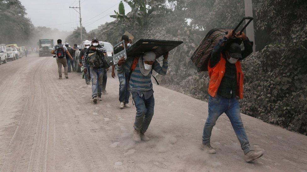 Sobrevivientes a la erupción del Volcán de Fuego, en San Miguel de los Lotes, Escuintla, Guatemala.