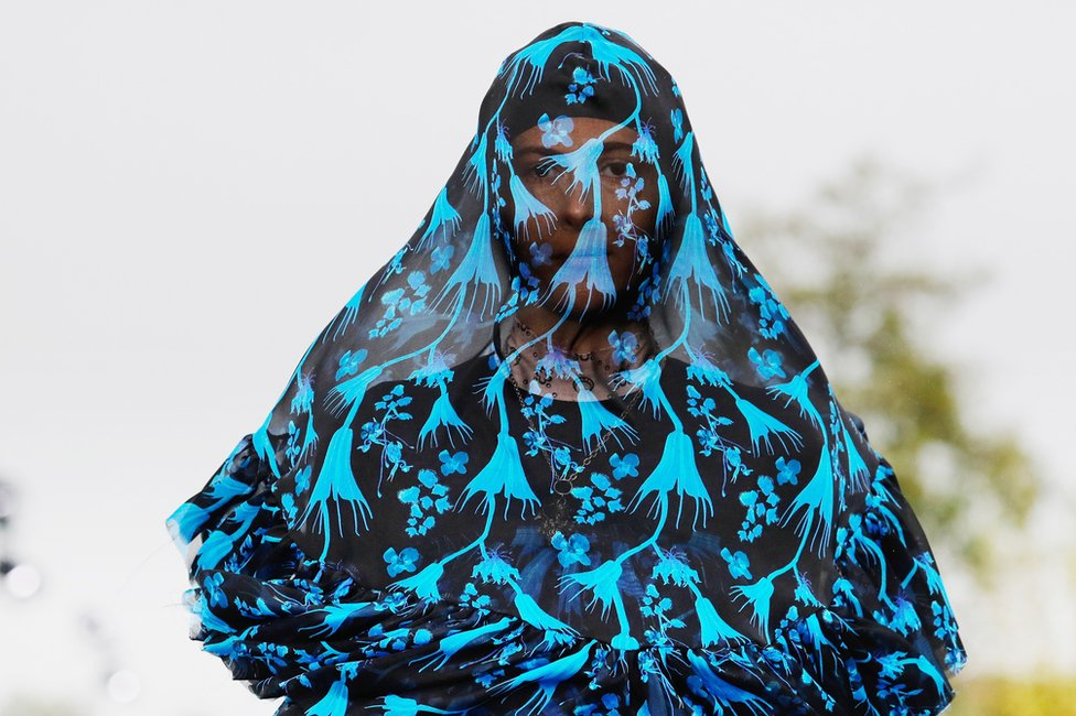 Manekanka nosi kreaciju dizajnerke Marin Ser