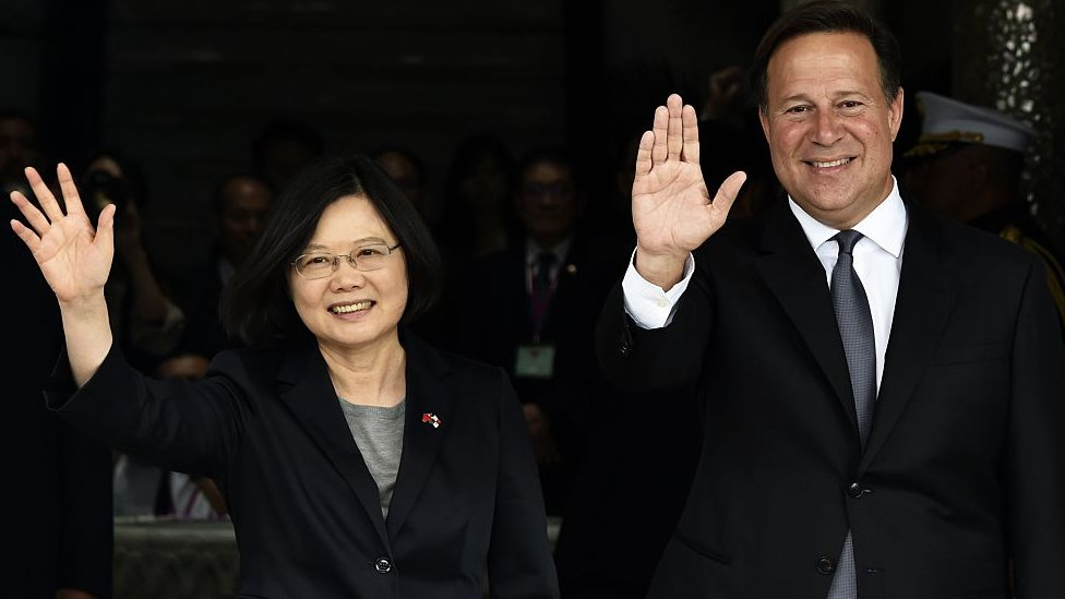 Taiwan's President Tsai Ing-wen (L) and Panama's President Juan Carlos Varela wave to the press during a ceremony at the presidential palace in Panama City on 27 June 2016.