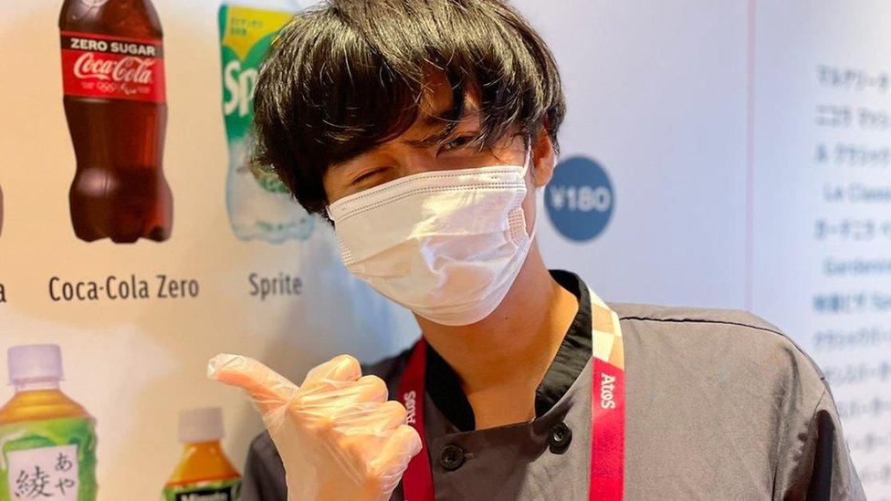 Trabalhador no centro de imprensa de Tóquio 2020