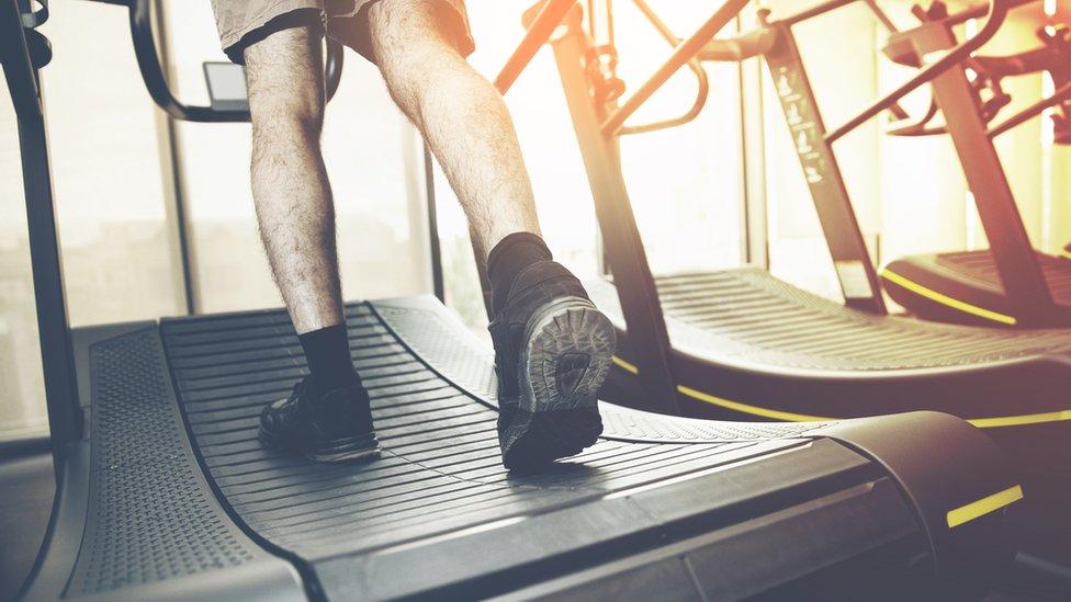 Hombre en una corredora.
