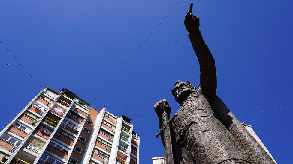 Spomenik kneza Lazara postavljen je 2016. godine u centru severnog dela grada. Rukom pokazuje prema Gazimestanu