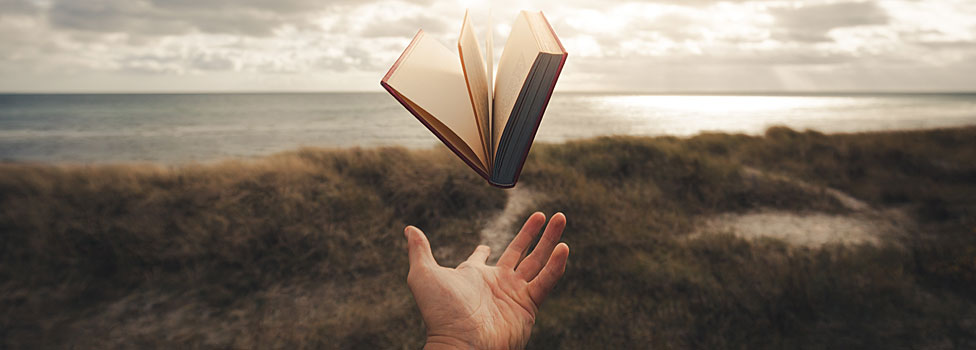mano que deja ir un libro