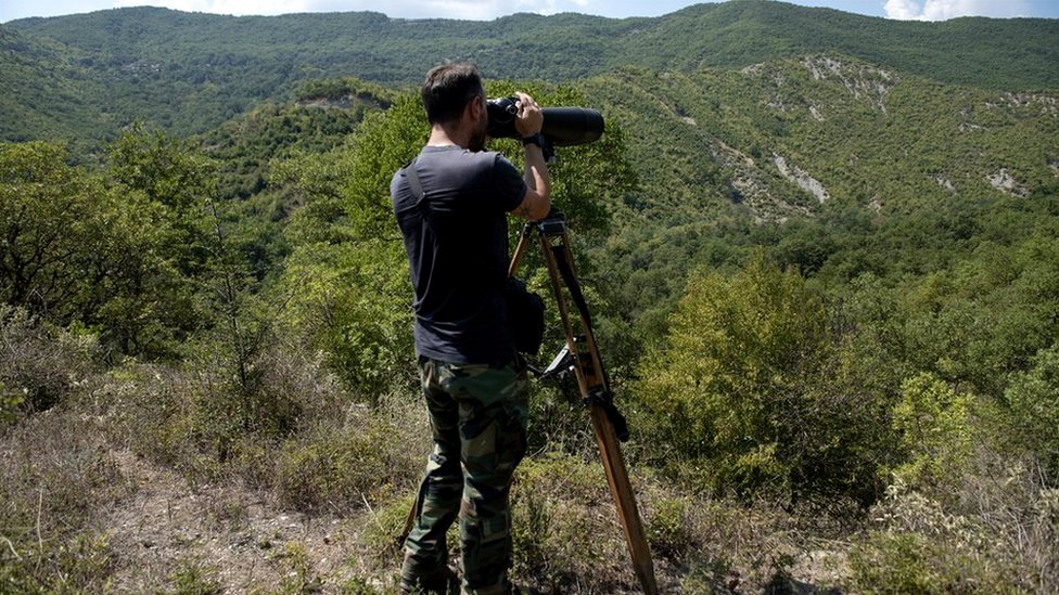 Un policía vigila la frontera