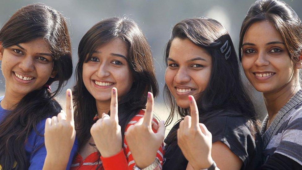 वोट डाल कर लौटी युवतियां