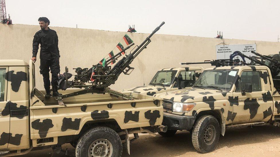 أحد أفراد الميليشيات المدافعة عن طرابلس على سيارة يقول إنها غنيمة من قوات حفتر