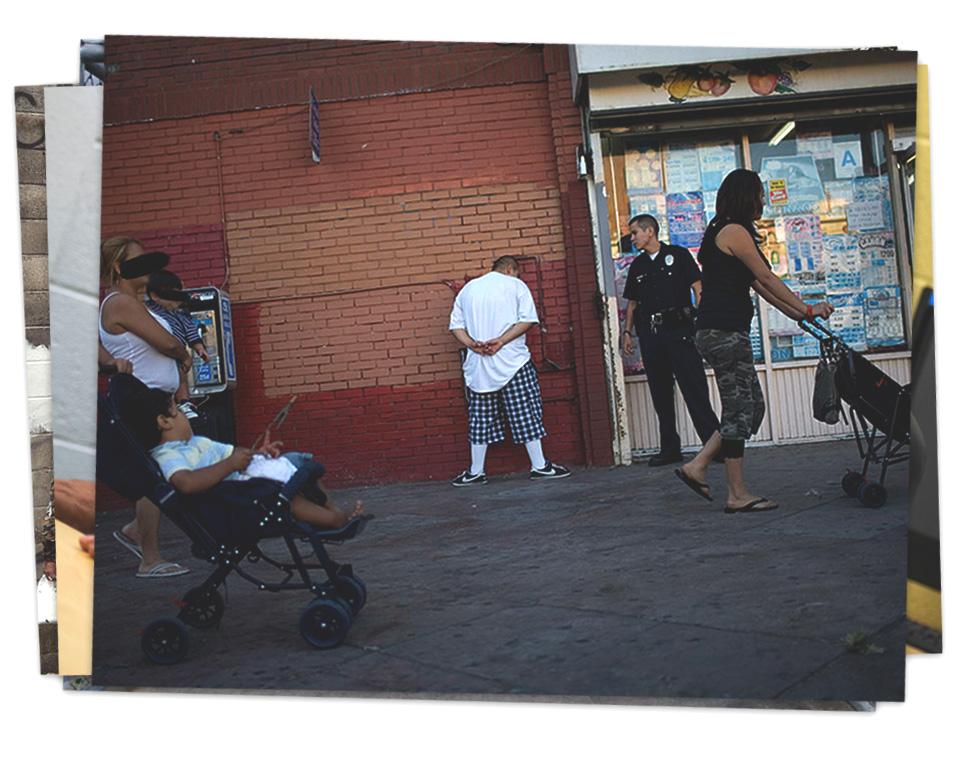 Un hombre sospechoso de ser miembro de la MS-13 es retenido por un policía en Los Ángeles.