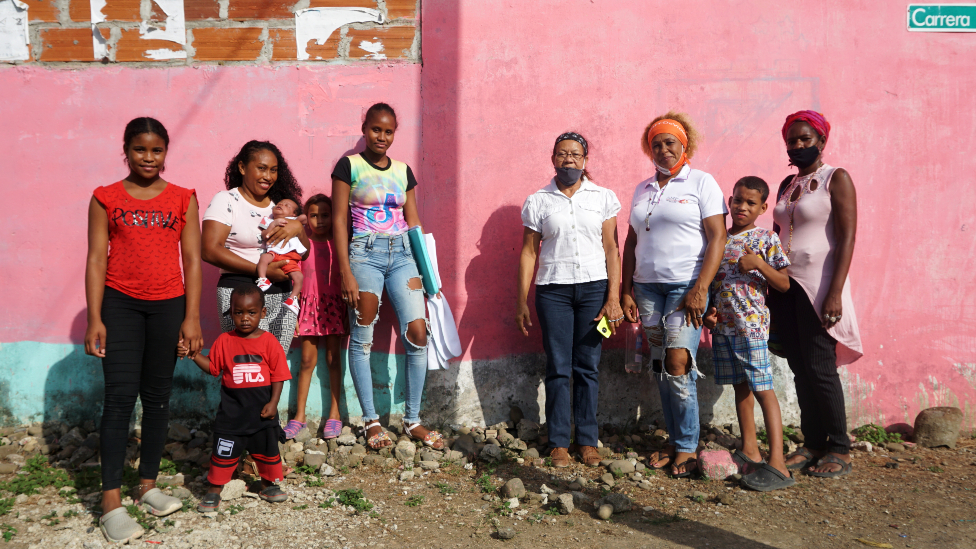 Mujeres del Planton members posing in front of a pink wall