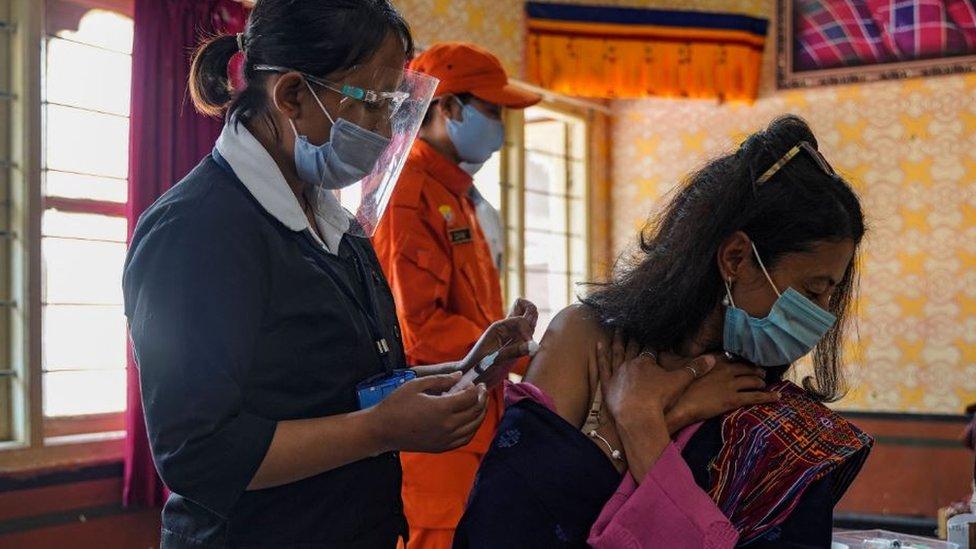 不丹首都廷布某中學內一位女士接受COVID-19疫苗注射(27/3/2021)