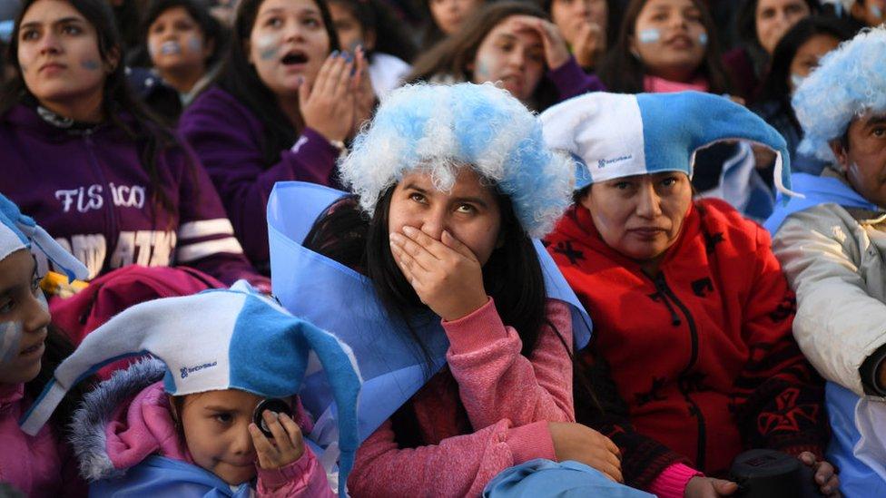 Fanáticos de argentina ven el partido.