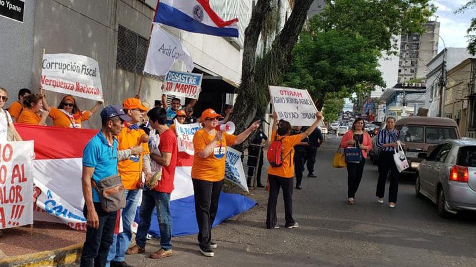 Roa y los miembros de CACE durante una manifestación.