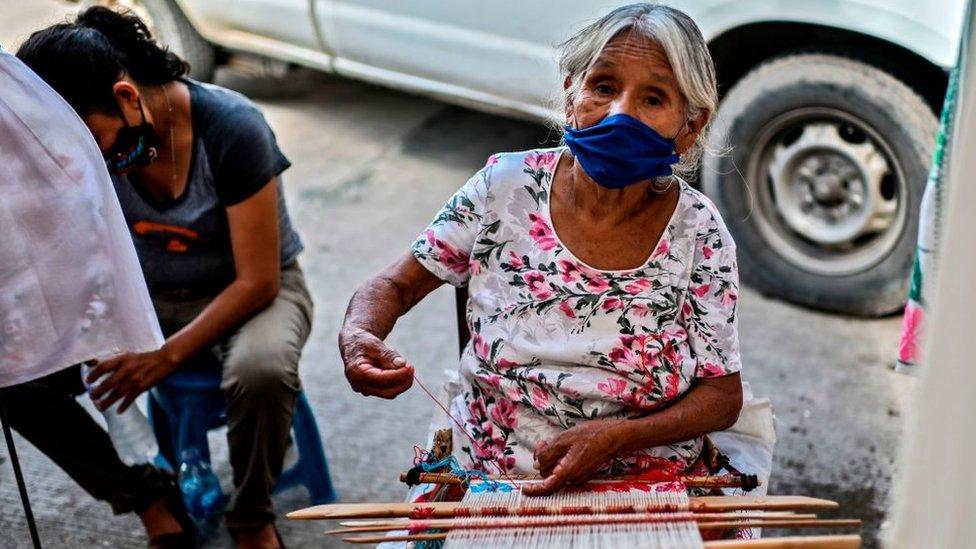 Mexicana tejiendo